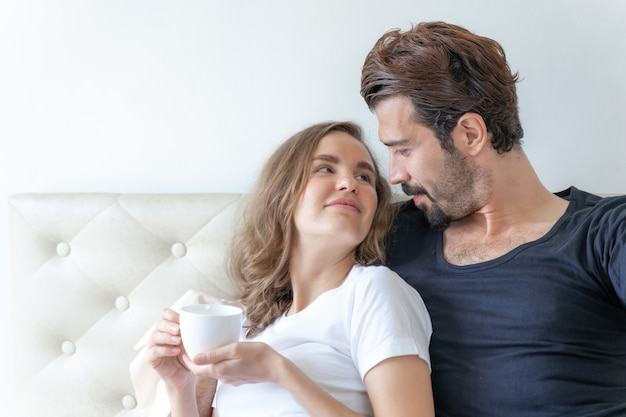 Heureux couple amoureux souriant