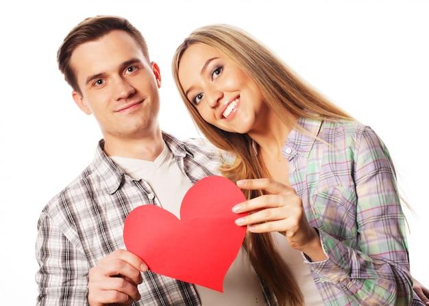 Heureux couple amoureux tenant coeur rouge