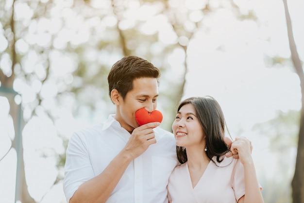 Heureux couple asiatique amoureux embrassant