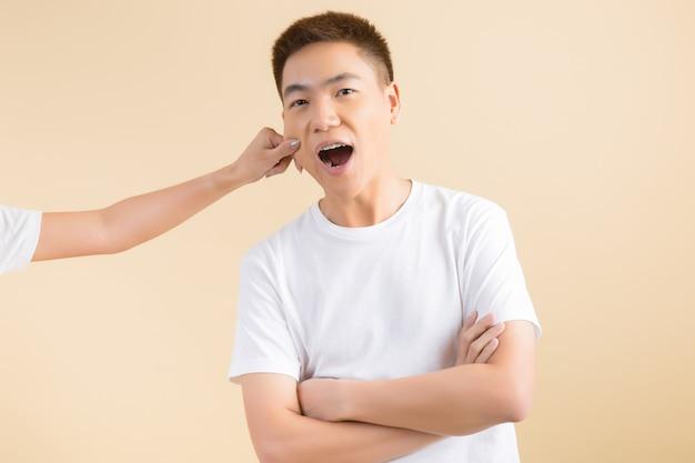 Heureux couple asiatique en studio