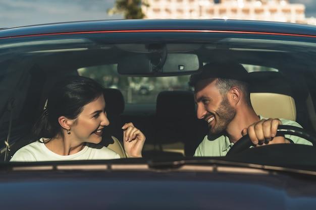 L'heureux couple assis dans la voiture