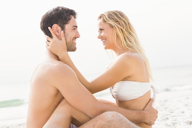 Heureux couple assis et embrassant