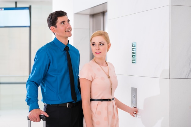 Heureux couple en attente d'ascenseur ou d'ascenseur de l'hôtel