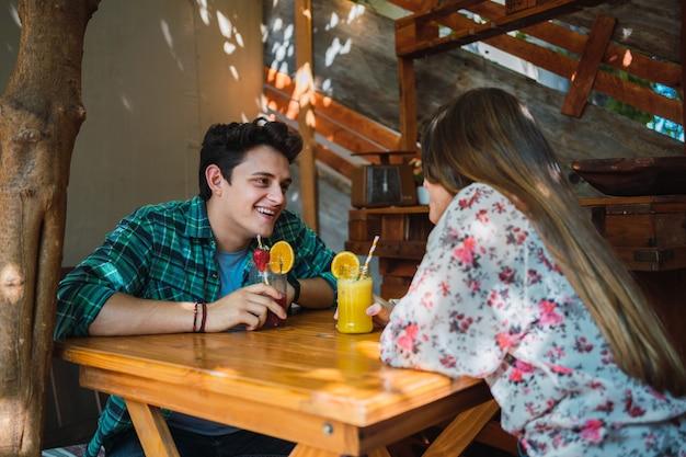 Heureux Couple De Boire Des Jus De Fruits Ensemble Dans Un Pub Ou Un Bar En Plein Air Photo Premium