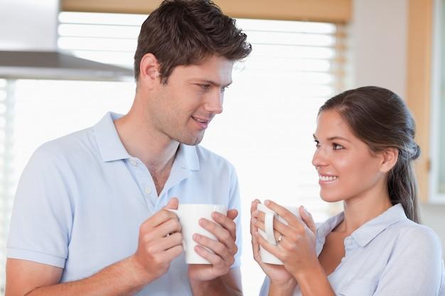 Heureux couple buvant du thé