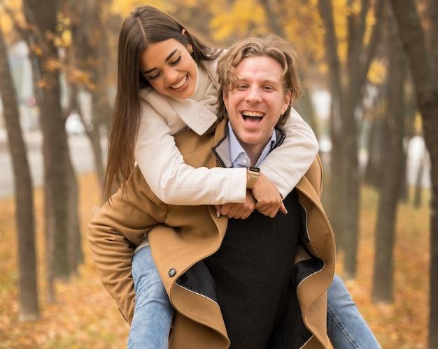 Heureux couple caucasien étreignant et souriant dans le parc à l'automne