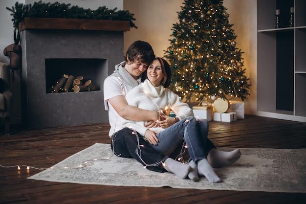 Heureux couple caucasien rire ensemble dans un espace confortable