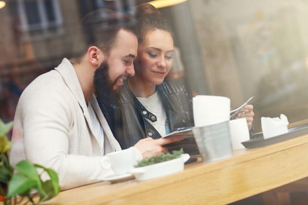 Heureux couple choisissant dans le menu du restaurant