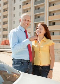 Heureux couple contre la construction de la nouvelle maison en brique