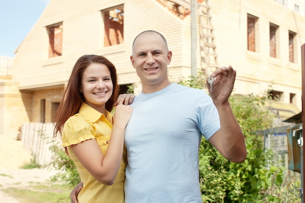 Heureux couple contre la construction de la nouvelle maison