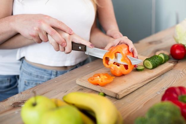 Heureux couple coupe le poivron