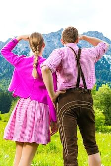 Heureux couple dans une prairie alpine