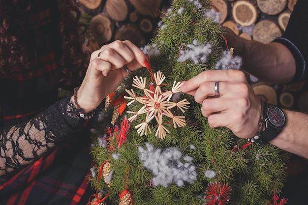 Heureux, couple, décoration, arbre noël