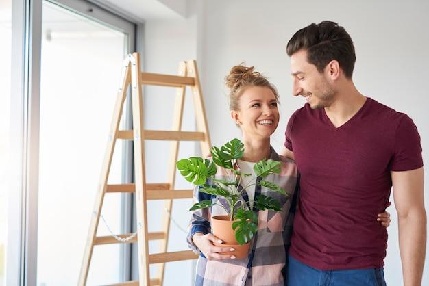 Heureux couple emballant leurs affaires pendant le déménagement