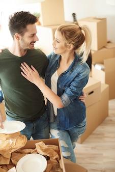 Heureux couple emménageant dans une nouvelle maison