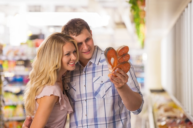 Heureux couple épicerie au supermarché local