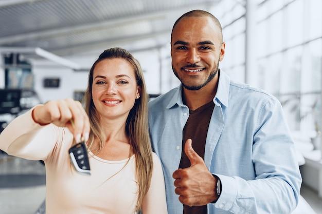 Heureux couple excité montrant les clés de voiture