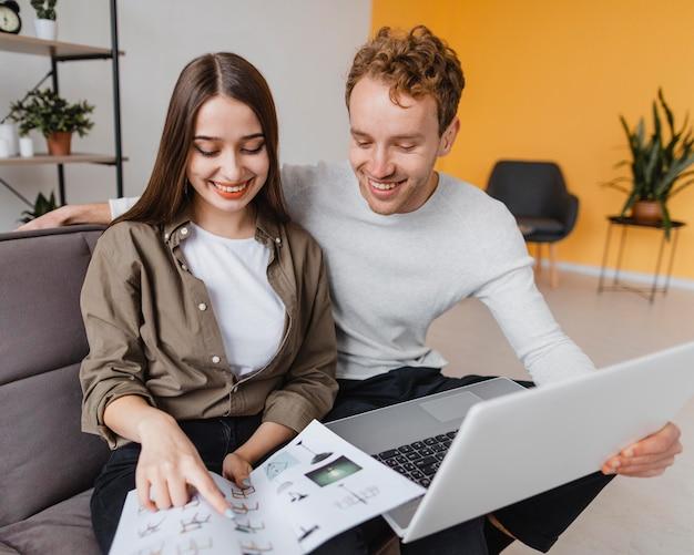 Heureux couple faisant des plans pour reconditionner le ménage ensemble