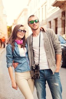 Heureux couple hipster en ville