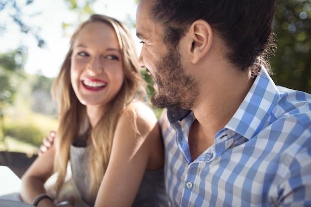 Heureux couple interagissant les uns avec les autres