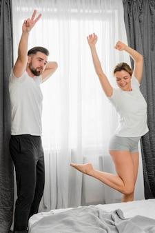 Heureux, couple, intérieur, sauter