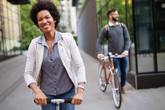 Heureux couple interracial utilisant un scooter électrique, vélo en ville. concept d'énergie écologique verte avec zéro émission