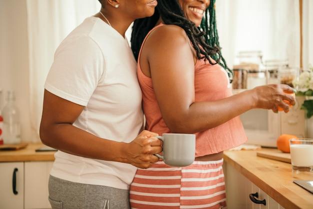 Heureux couple de lesbiennes dans la cuisine