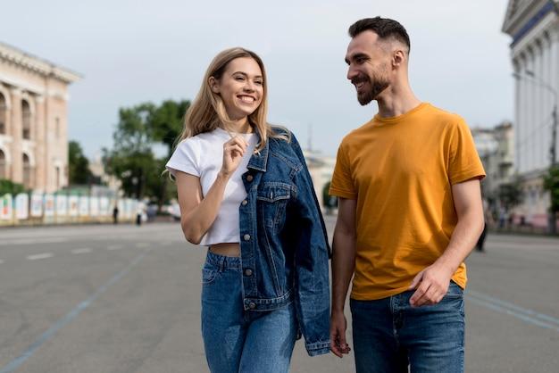 Heureux couple marchant dans la ville