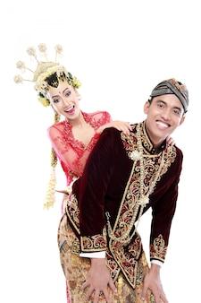 Heureux couple de mariage java traditionnel mari et femme