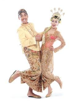 Heureux couple de mariage java traditionnel
