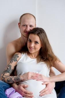 Heureux couple marié attendant la naissance d'un enfant.