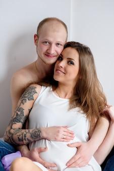 Heureux couple marié en attente de la naissance d'un enfant. grossesse.