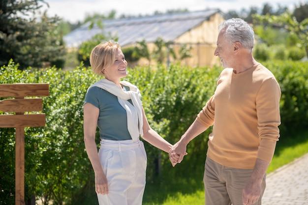 Heureux couple marié mature debout à la campagne