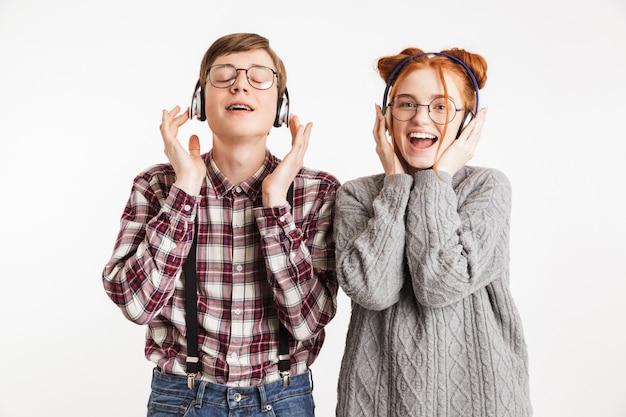 Heureux couple de nerds de l'école, écouter de la musique
