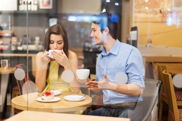 Heureux couple parlant au café