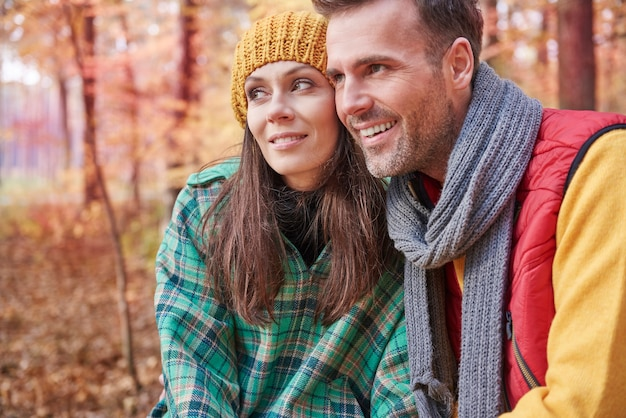 Heureux couple passer la journée dans la forêt