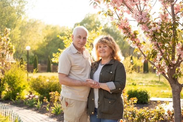 Heureux couple de personnes âgées âgées dans le parc d'été