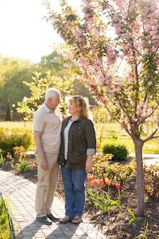 Heureux couple de personnes âgées en amour. se garer à l'extérieur.