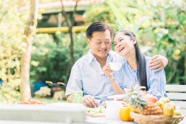 Heureux couple de personnes âgées asiatiques en riant