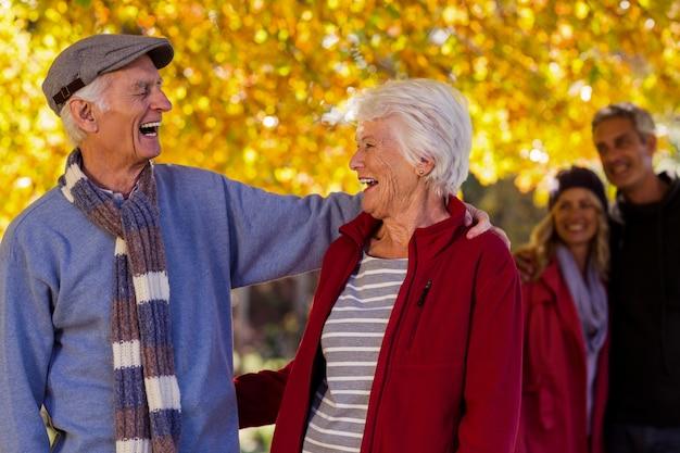 Heureux couple de personnes âgées au parc pendant l'automne