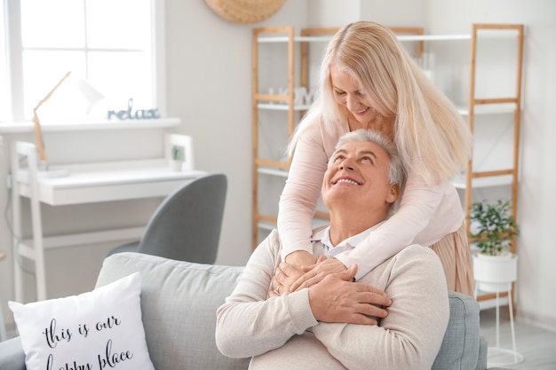 Heureux couple de personnes âgées au repos à la maison