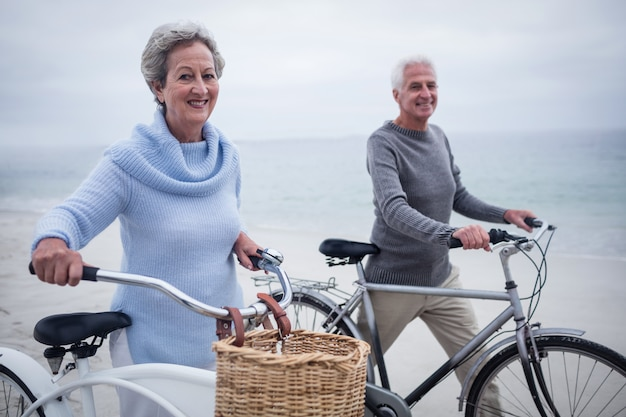 Heureux couple de personnes âgées ayant roulé avec leur vélo