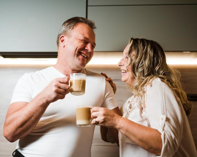 Heureux couple de personnes âgées buvant du café ensemble