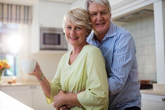 Heureux couple de personnes âgées dans la cuisine