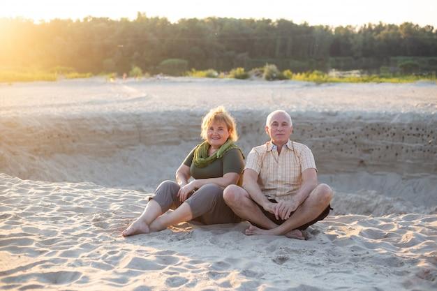 Heureux couple de personnes âgées dans la nature estivale, couple de personnes âgées se détendre en été. couple de personnes âgées retraité vie de soins de santé