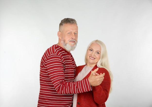 Heureux couple de personnes âgées dansant