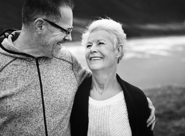 Heureux couple de personnes âgées debout ensemble