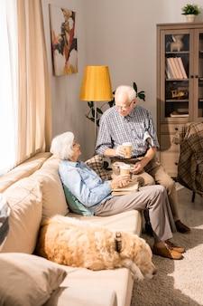 Heureux couple de personnes âgées discutant au soleil