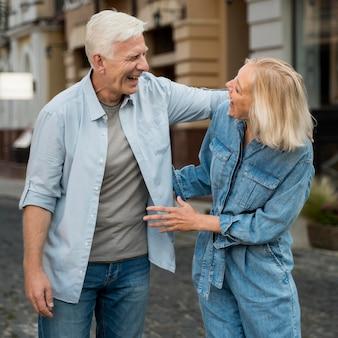 Heureux couple de personnes âgées à l'extérieur dans la ville