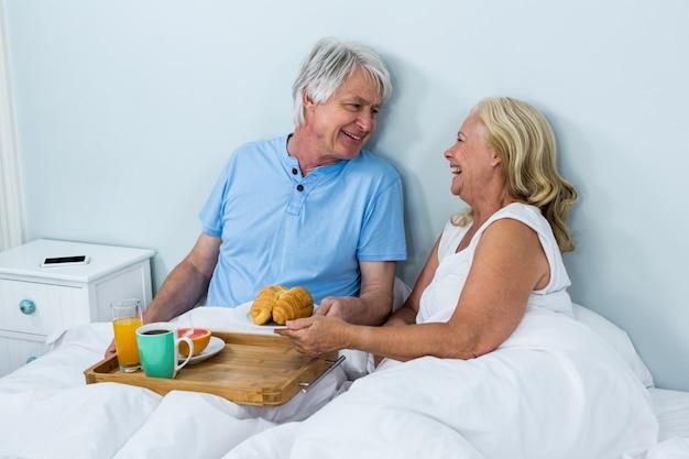 Heureux couple de personnes âgées avec petit déjeuner